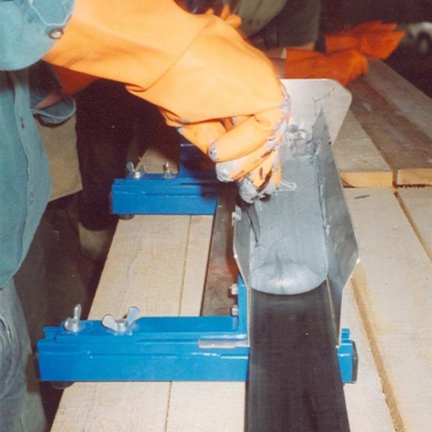 Aplicação da resina em forma de V invertido no laminado (doseador de resina)