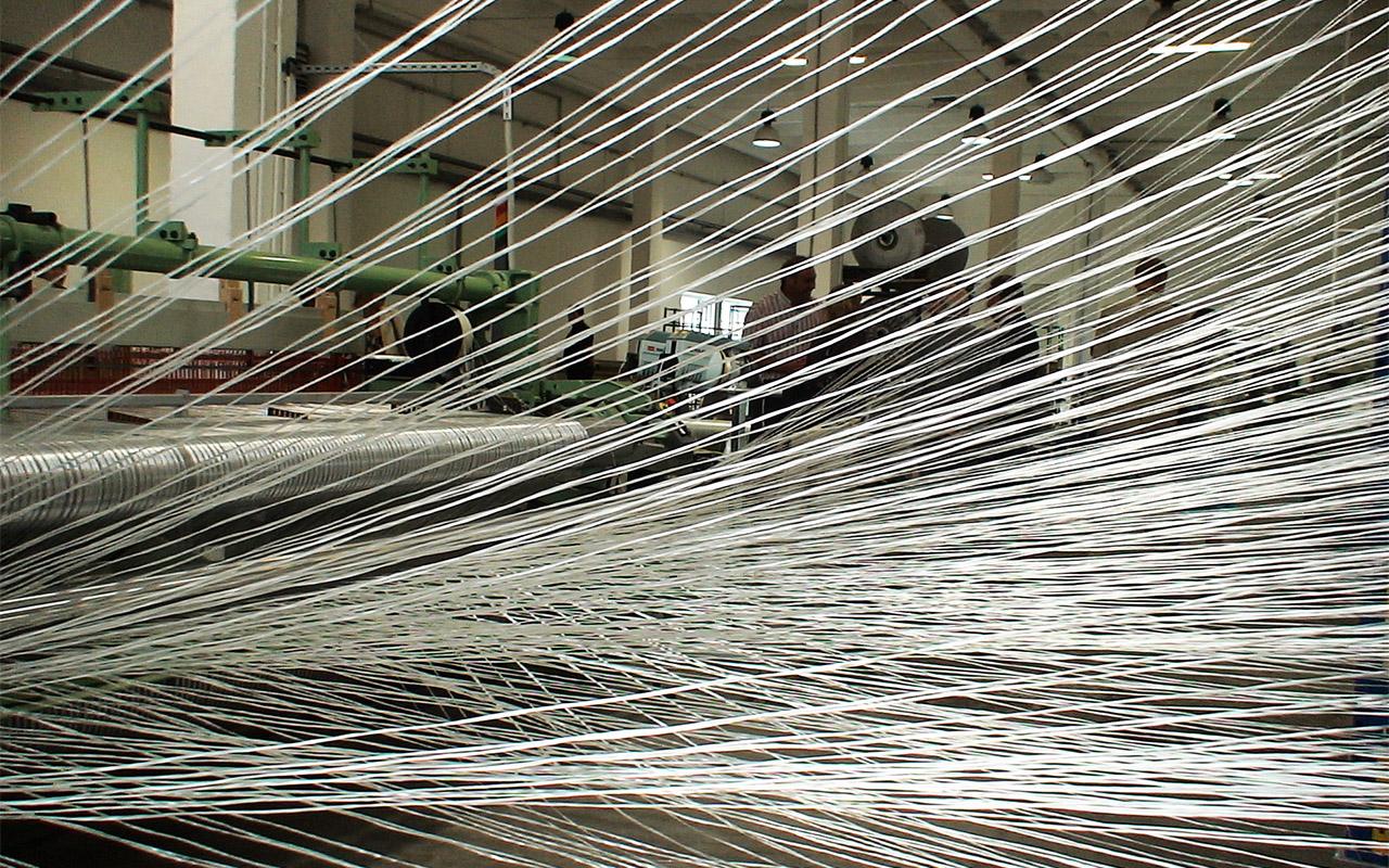 Faserrovinge auf der Webmaschine.