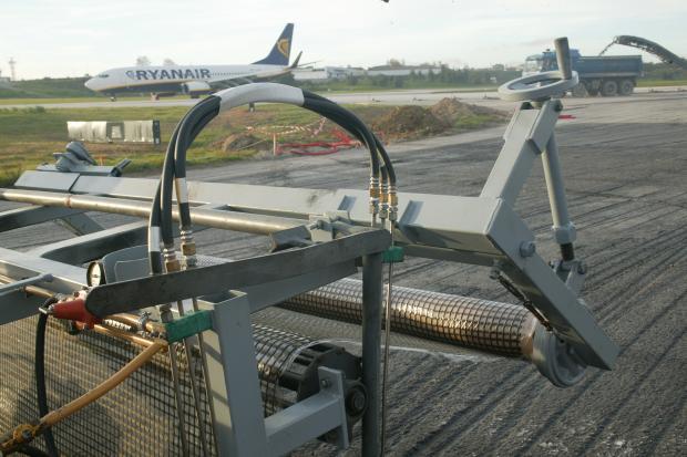 Aplicação de S&P Carbophalt®, no taxiway do Aeroporto de Lisboa