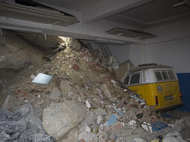 Colapso parcial do muro e material de aterro
